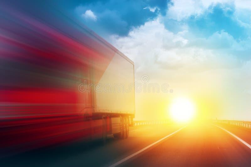 Camion di consegna d'accelerazione del trasporto sulla strada principale aperta immagine stock