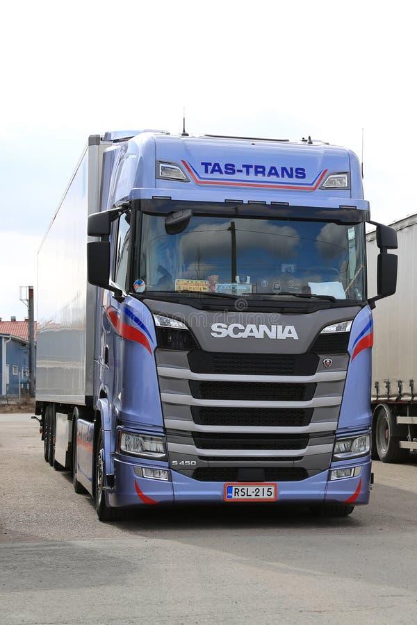 Camion di Scania S450 della prossima generazione parcheggiato, verticale fotografie stock libere da diritti