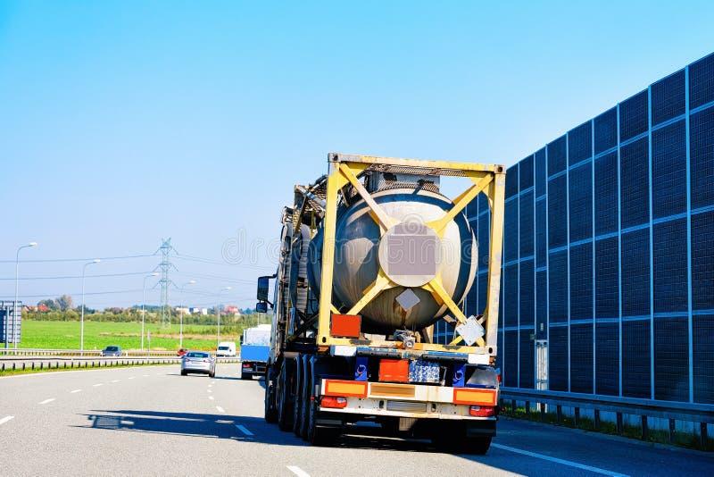 Camion di stoccaggio dell'autocisterna sulla strada della strada principale dell'asfalto in Polonia Concetto industriale di affar immagini stock