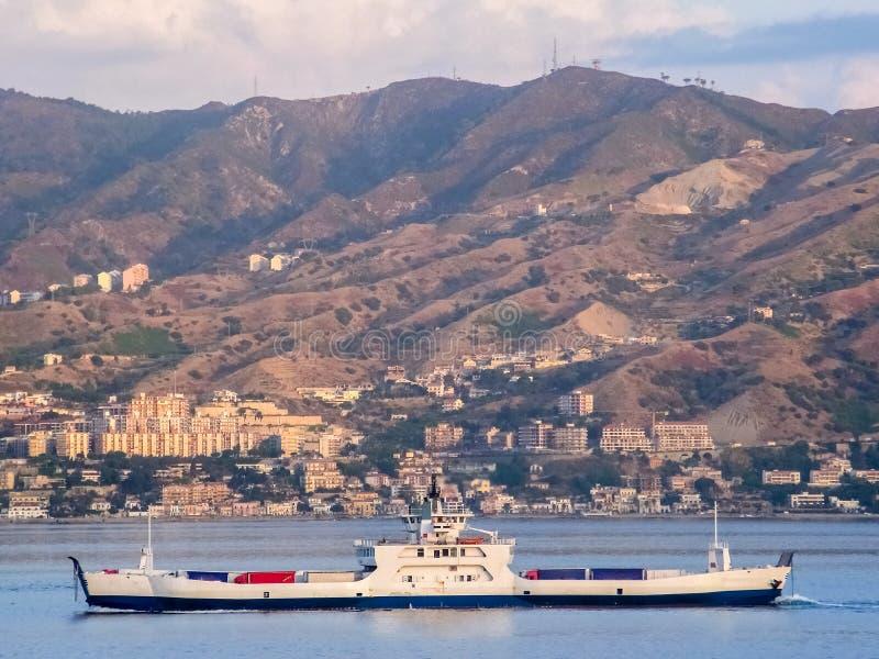 Camion di trasporto del traghetto attraverso lo stretto di Messina fotografia stock libera da diritti