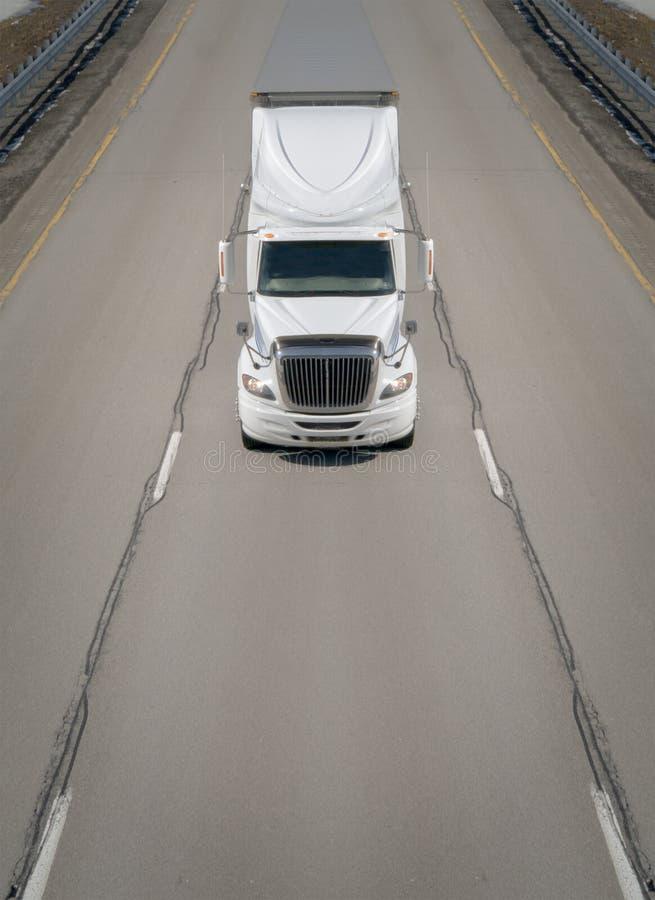 Camion di trasporto sulla strada principale immagine stock libera da diritti