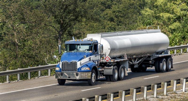 Camion diesel di Big Blue sul ponte immagini stock libere da diritti