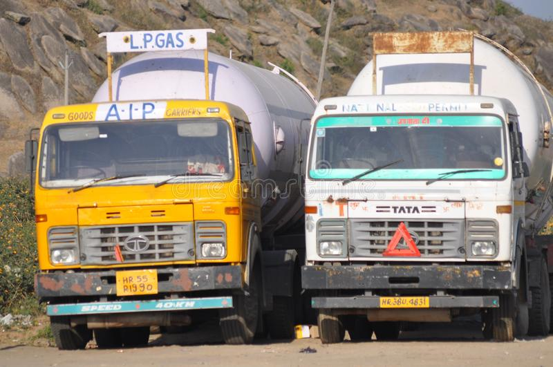 Camion due sulla strada fotografie stock