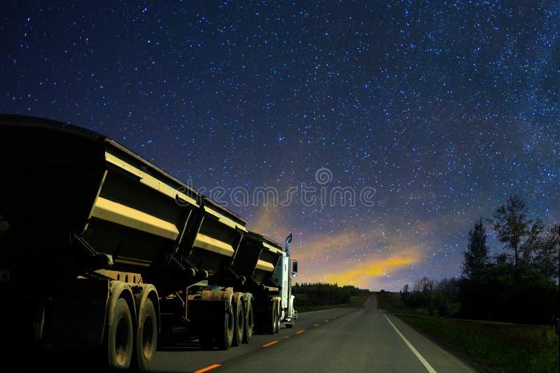 Camion e rimorchio dei semi dell'impianto di perforazione dell'autocarro con cassone ribaltabile grande che guidano su una strada fotografie stock