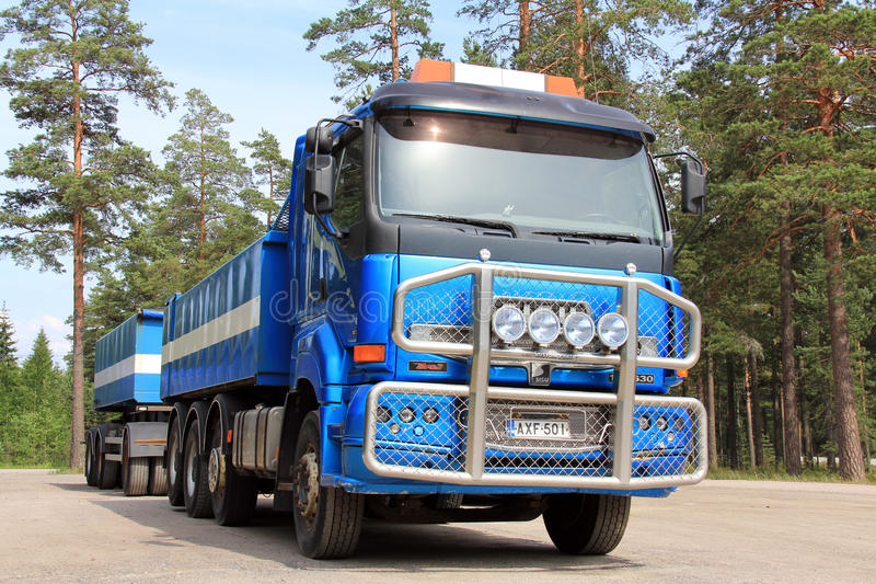 Camion e rimorchio di Sisu 18E630 fotografie stock libere da diritti