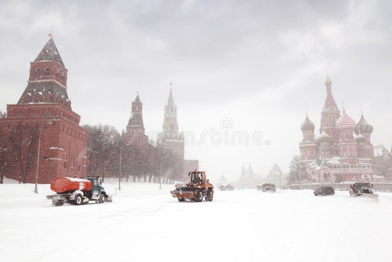 camion e trattore del Neve-dispositivo di rimozione vicino al quadrato rosso fotografie stock libere da diritti