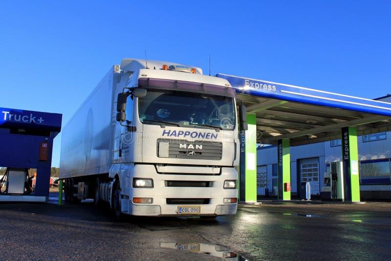 Camion et remorque de l'homme blanc 18,480 à un poste d'essence photographie stock