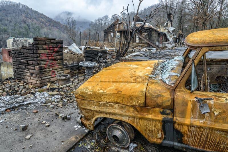Camion et structure détruits par Gatlinburg Forest Fire images libres de droits