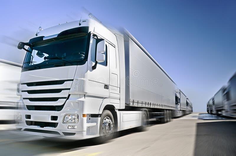 Camion européen moderne avec le convoi de semis-remorque en fonction   photographie stock libre de droits