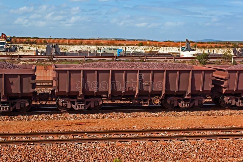 Camion ferroviario caricato con minerale di ferro immagini stock