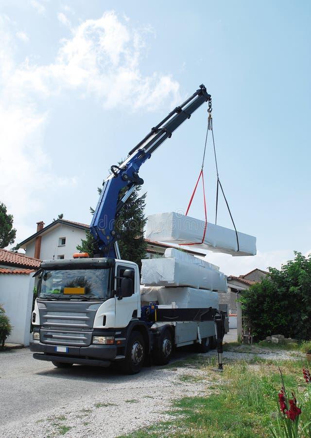 Camion fournissant le module en bois images libres de droits