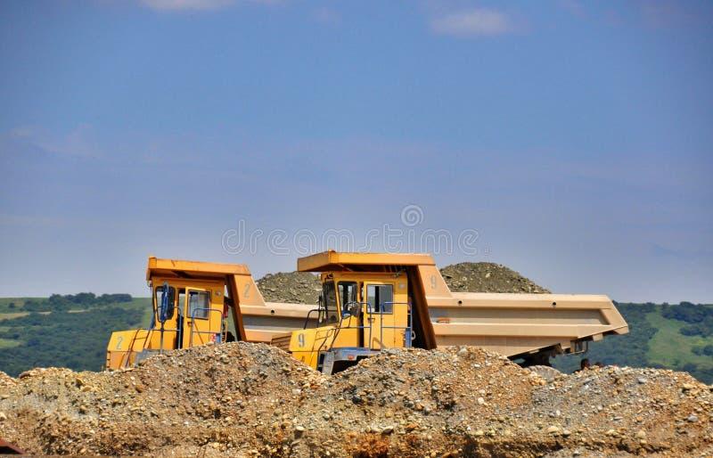 Download Camion Giallo Due Con Ghiaia Fotografia Stock - Immagine di gigante, escavatore: 56893106