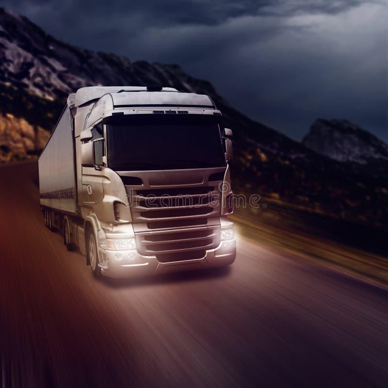 Camion grigio sulla strada principale fotografia stock libera da diritti