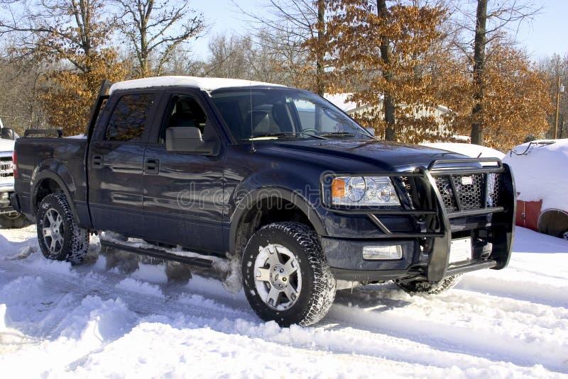 Camion innevato del Ford, 4 Doo fotografia stock libera da diritti