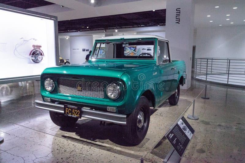 Camion internazionale dell'esploratore 80 di verde 1961 tramite la mietitrice fotografie stock libere da diritti