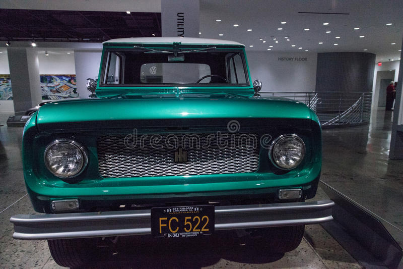 Camion internazionale dell'esploratore 80 di verde 1961 tramite la mietitrice fotografia stock