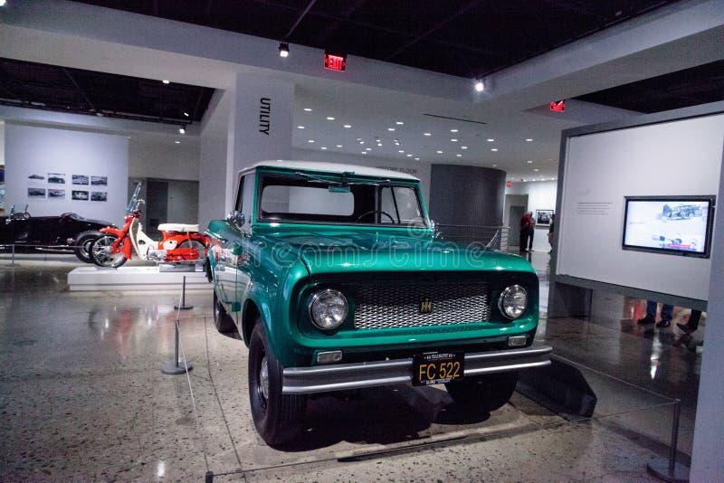 Camion internazionale dell'esploratore 80 di verde 1961 tramite la mietitrice fotografia stock libera da diritti