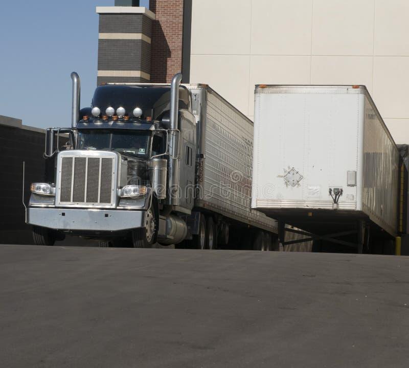 Camion lourd de marchandises au quai de chargement photo libre de droits
