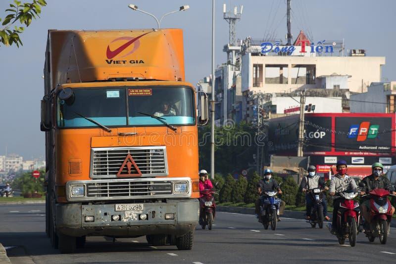 Camion lourd International-9800 à la rue Danang vietnam image libre de droits