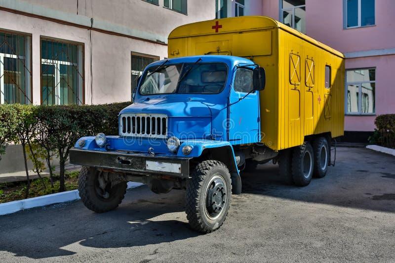 Camion militaire de transport de troupe de vieille armée dans la boue photographie stock