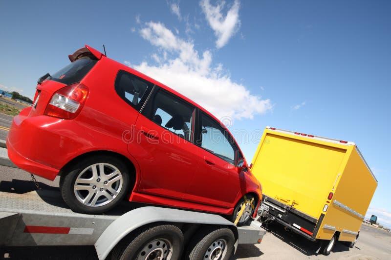 Camion mobile jaune tirant une remorque photos stock