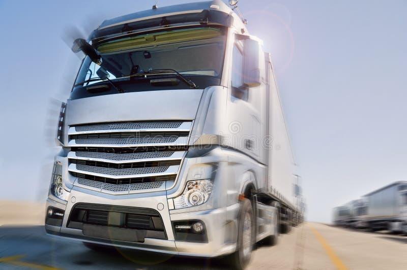 Camion moderne sur la tache floue de mouvement de route excessive images stock