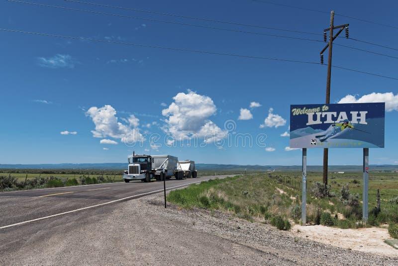 Camion på vägvälkomnande till Utah royaltyfri foto