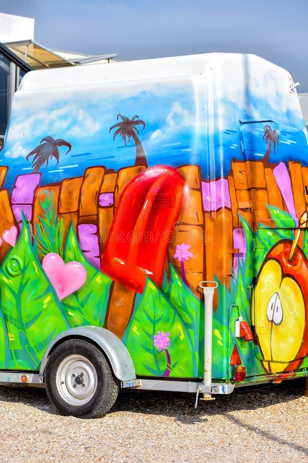 Camion peint de nourriture avec de la glace à l'eau rouge géante et des détails tropicaux photos libres de droits