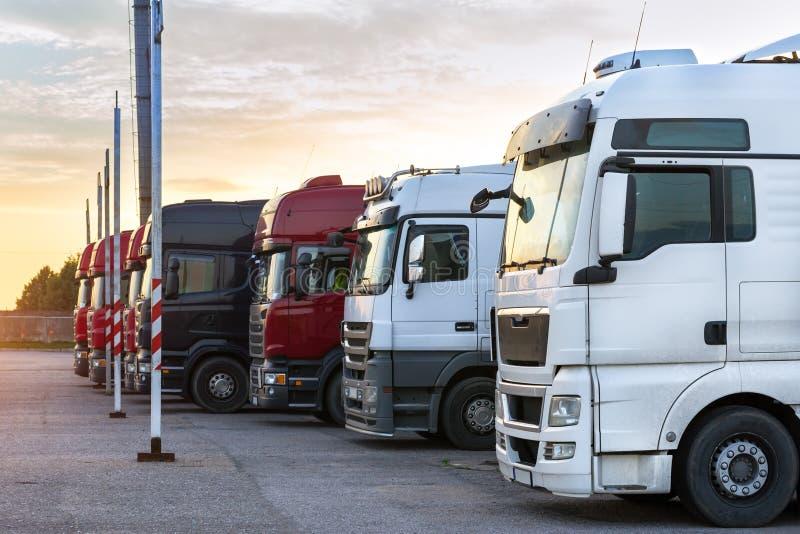 Camion pesanti con i rimorchi immagine stock