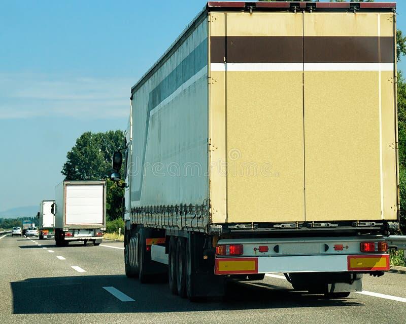 Camion pesanti sulla carreggiata Svizzera immagine stock libera da diritti
