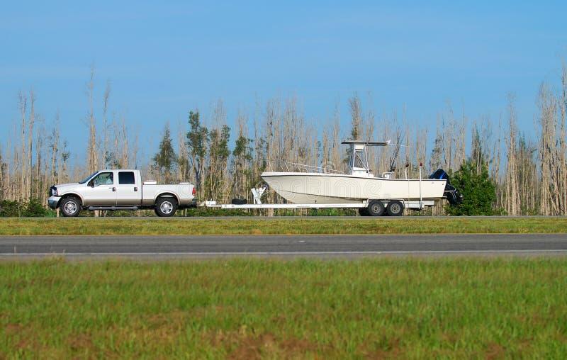 Camion remorquant le bateau image libre de droits