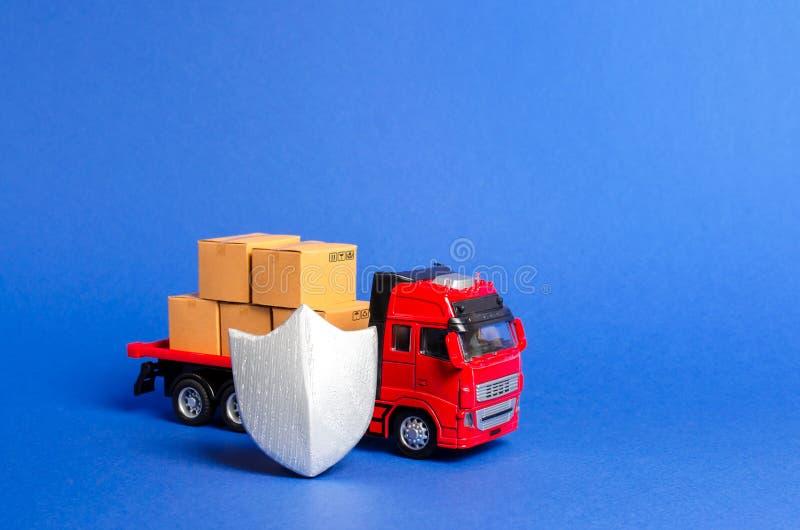Camion rossa con un carico di scatole dietro lo scudo Assicurazione del carico, sicurezza dei trasporti Qualità e velocità di con fotografia stock libera da diritti