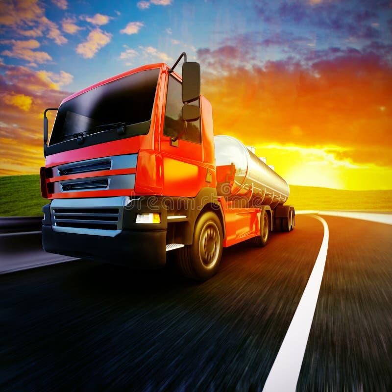 Camion rosso dei semi sulla strada asfaltata confusa sotto il cielo ed i soli di sera illustrazione di stock