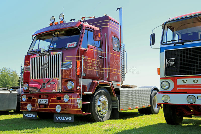 Camion rosso scuro di manifestazione di Volvo F88 fotografia stock