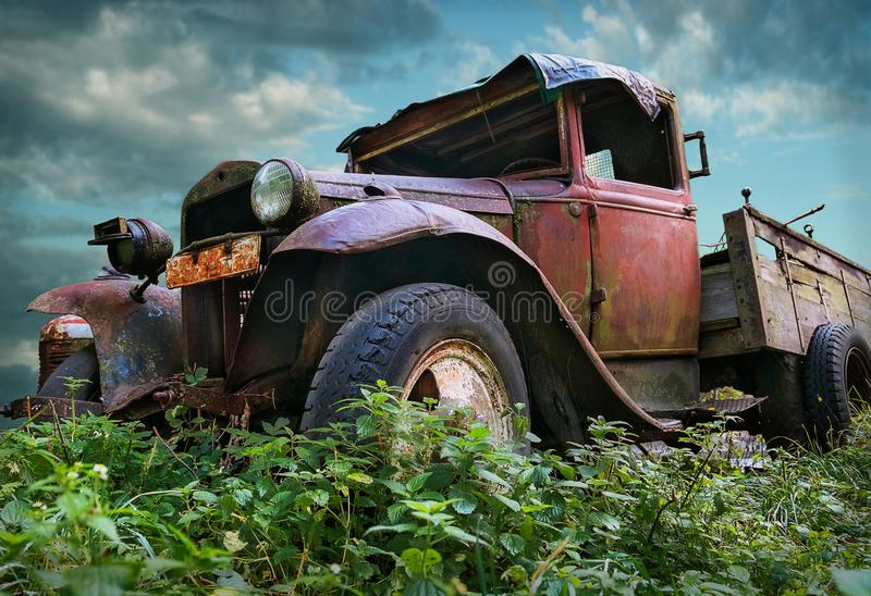 Camion rouge rustique de vieux vintage photo stock