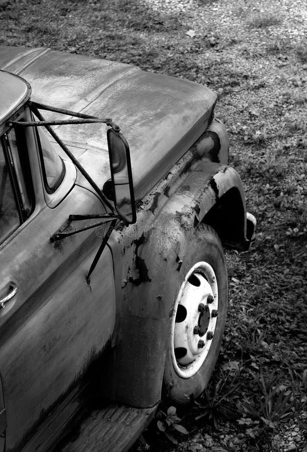 Download Camion rouillé image stock. Image du écaillement, miroir - 67335