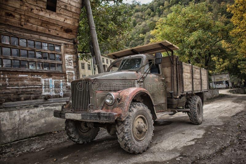 Camion russo d'annata dell'automobile nel villaggio di montagne immagini stock libere da diritti