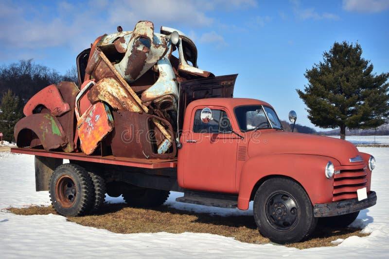 Camion rustique de vintage tenant l'ordure photo libre de droits