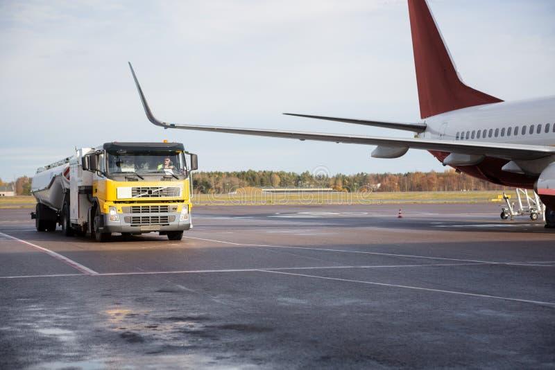 Camion se déplaçant en avion sur la piste photo stock