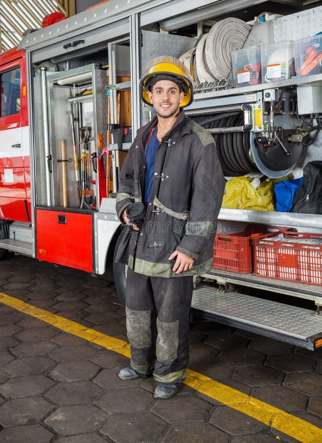 Camion se tenant prêt de pompier sûr au feu image libre de droits