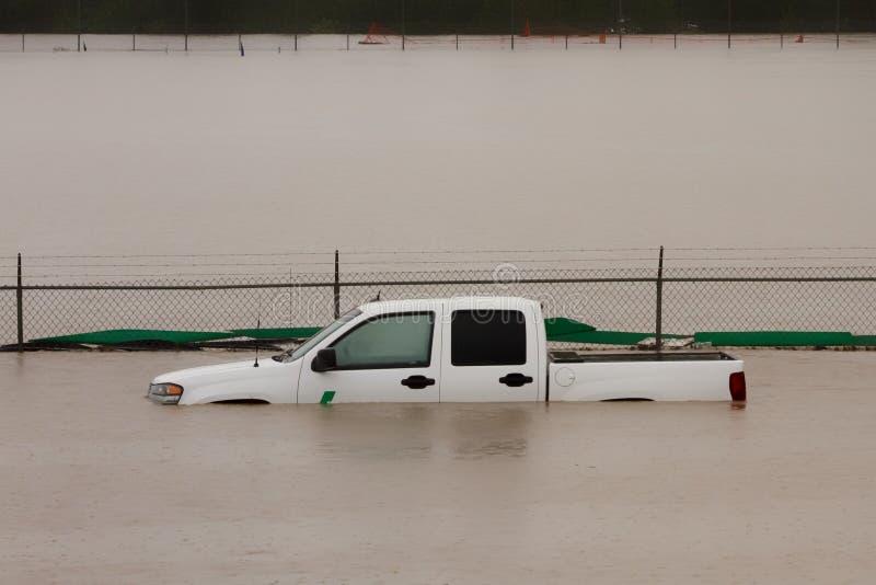Camion sommerso in acque di inondazione fotografie stock libere da diritti