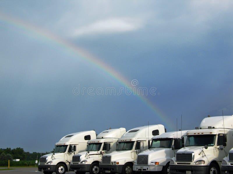 Camion sotto un Rainbow immagine stock