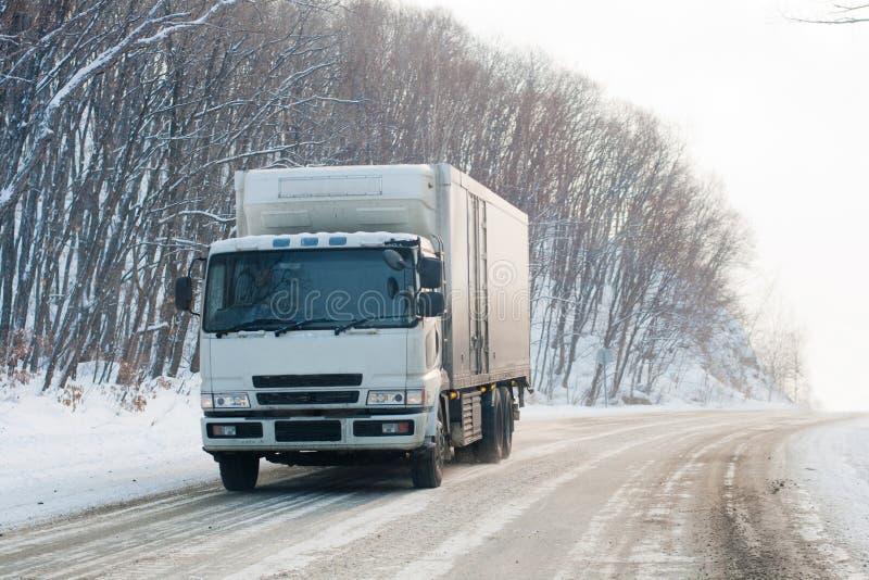 Camion su una strada di inverno immagine stock libera da diritti
