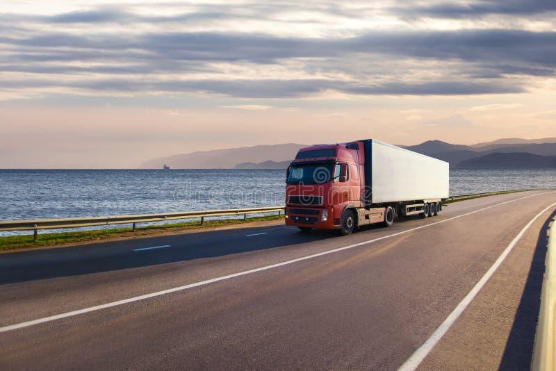 Camion su una strada vicino al mare fotografia stock libera da diritti