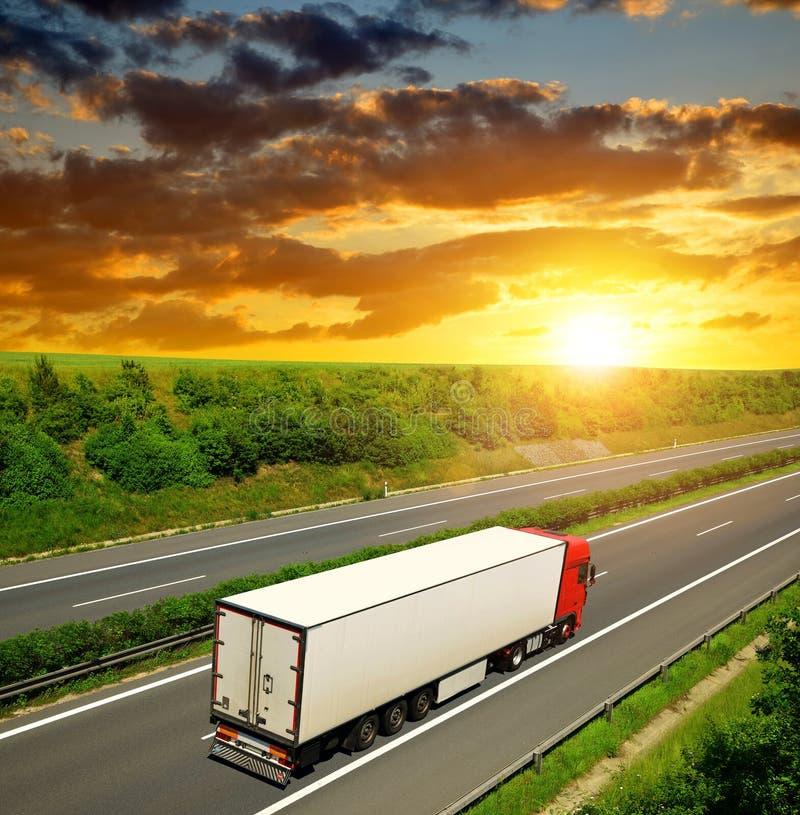 Camion sulla strada principale immagine stock