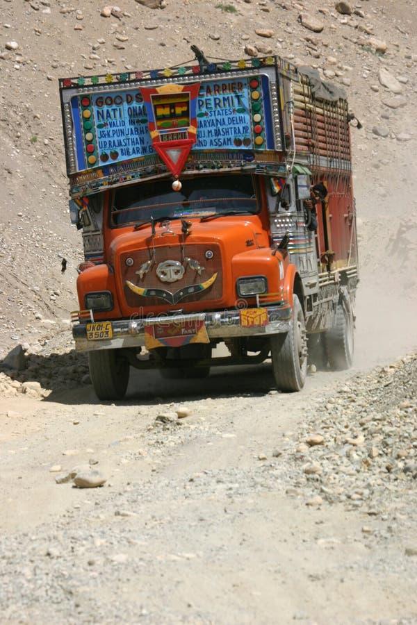 Camion sulle piste di Ladakh fotografia stock