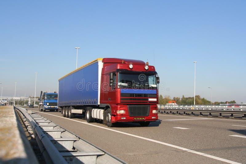 Camion sur l'autoroute photos stock