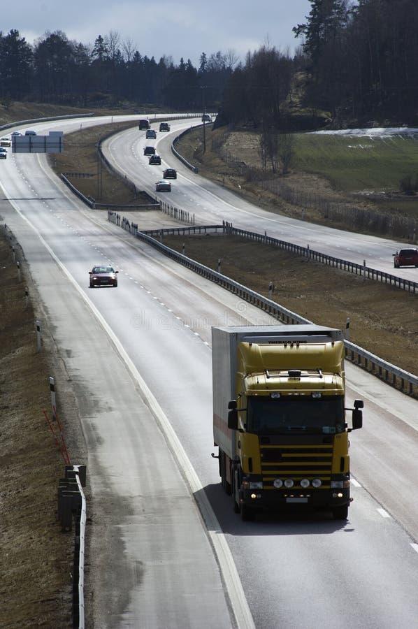 Camion sur l'autoroute ensoleillée images libres de droits