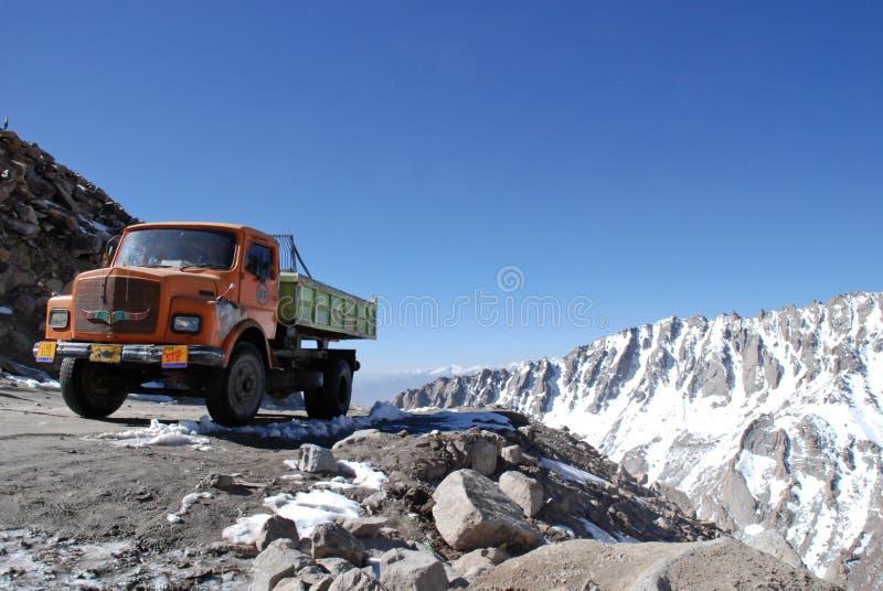 Camion sur la plus haute route motorable image stock