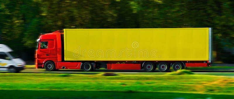 Camion sur la route images libres de droits